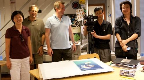 """Una foto ricordo del 2009 nel nostro studio: l'artista Matthew Watkins  con una troupe-televisiva Sud-Coreana nel nostro studio durante la stampa """"Fine Art"""" del suo portfolio."""